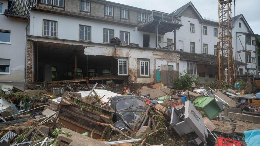 In Schuld in Rheinland-Pfalz liegt Schutt vor einem beschädigten Haus. Mindestens sechs Häuser wurden durch die Fluten zerstört.