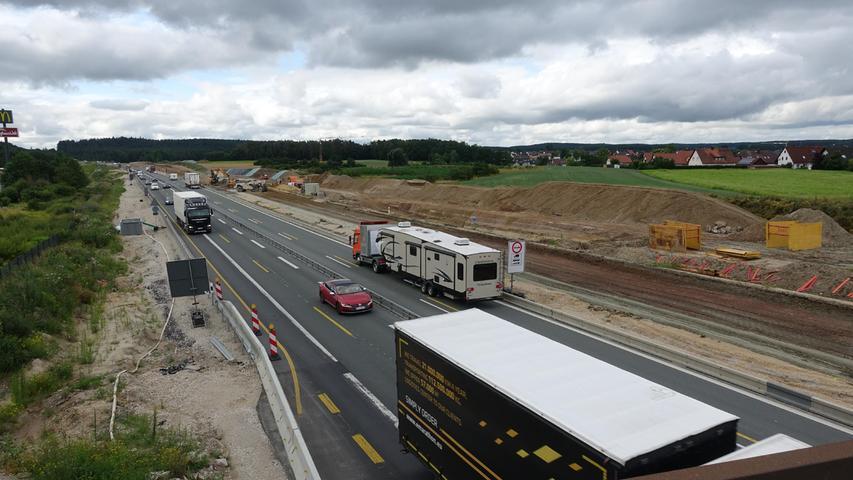 Neben der bestehenden Fahrbahn sind die neuen Spuren bei Heßdorf bereits zu erkennen.