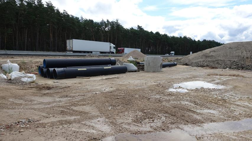 Bei der Waldbrücke beiKlebheim lagern Entwässerungsrohre.