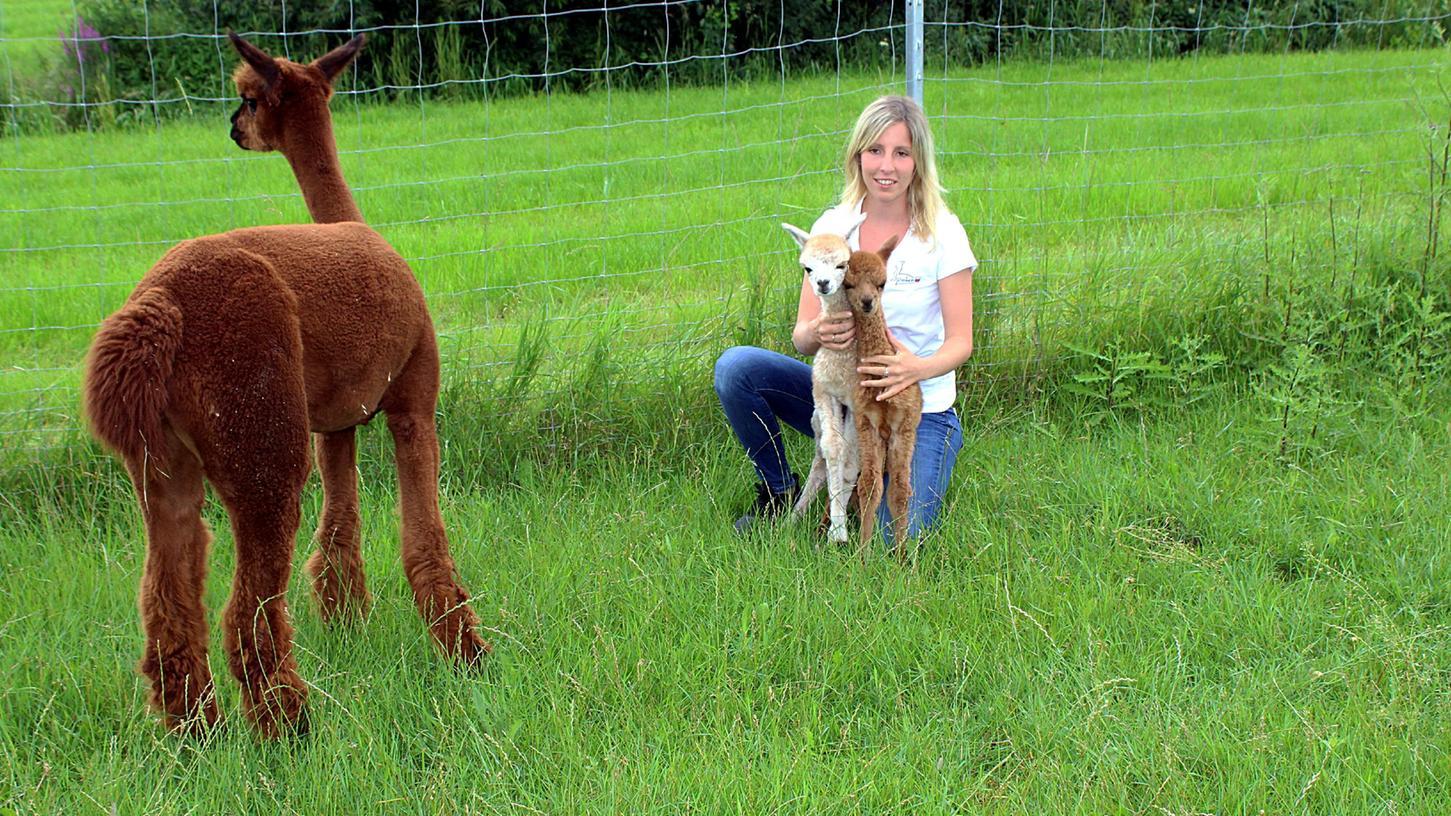 Züchterein Anne Weeger aus Gerbersdorf freut sich, dass die Alpakazwillinge Amy und Alice nun überm Berg sind.