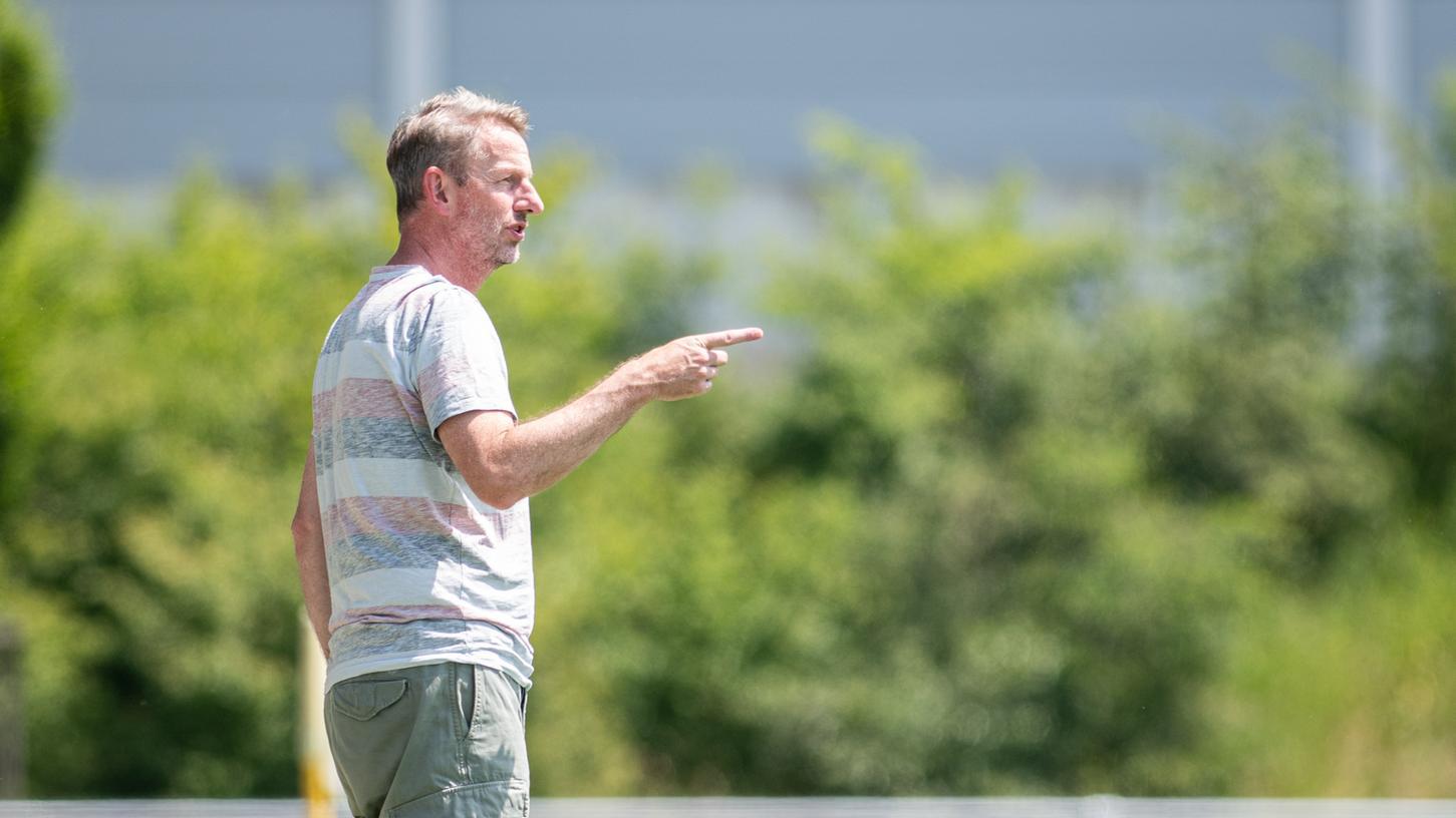 Ungewohntes Bild: Normann Wagner kennt man eigentlich nur vom FSV Bruck, jetzt ist er Trainer in Adelsdorf.