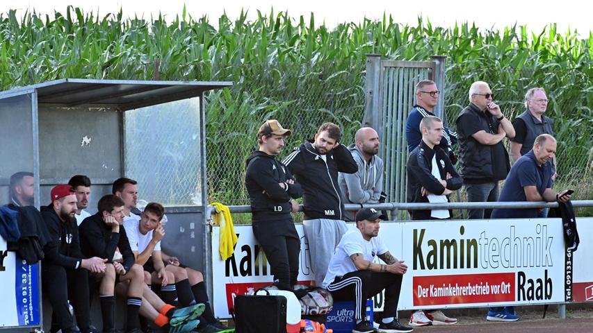 Auch ohne den Coach klappt's: Beim Pokal-Halbfinale fehlte Normann Wagner noch auf der Adelsdorfer Bank.