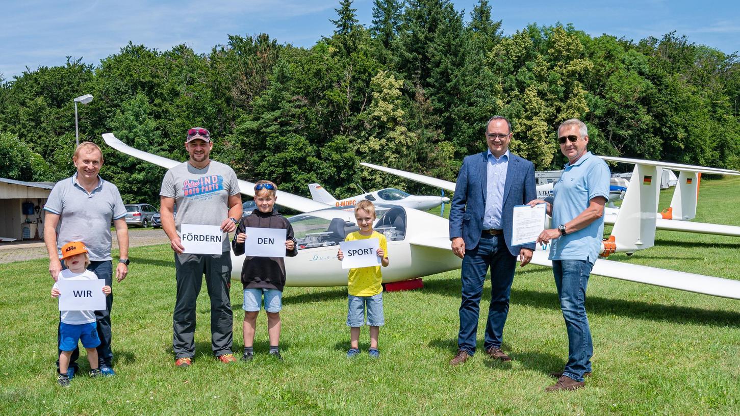 Zu Gast am Segelflugplatz: Landrat Manuel Westphal (Zweiter von rechts) übergab Förderbescheid an den Weißenburger Sgeelflugverein.