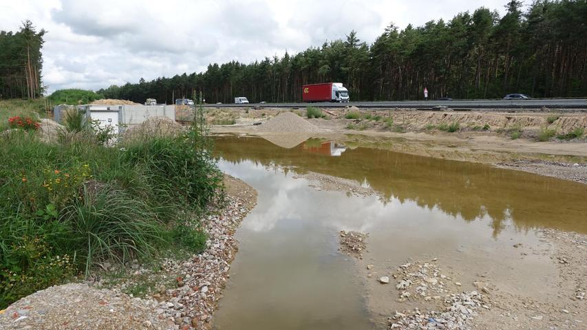 Im Regensommer eine Wasserfläche: Bei Klebheim entsteht ein Entwässerungsbauwerk.