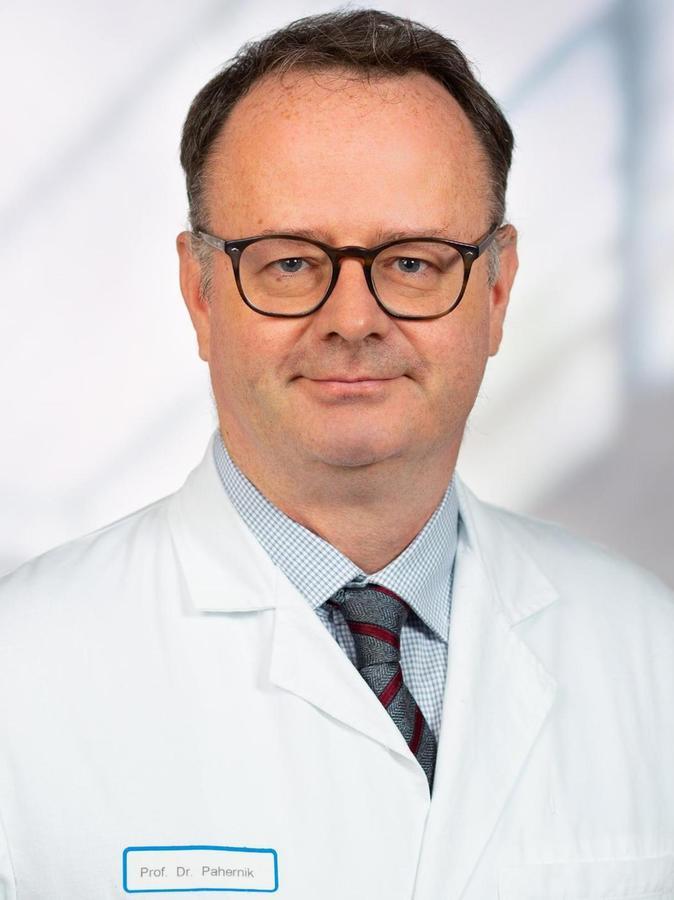 Prof. Dr. med. Sascha Pahernik ist Ärztlicher Leiter der Urologie im Klinikum Nürnberg. Zusätzlich leitet er den Lehrstuhl für Urologie an der Paracelsus Medizinische Privatuniversität Nürnberg – hier ist er auch als Dekan für Forschung zuständig. Der 1968 in München geborene Urologie-Facharzt forscht schwerpunktmäßig zur Diagnostik und Behandlung von Nieren- und Prostatakrebs sowie zu innovativen Laser- und Roboterverfahren.