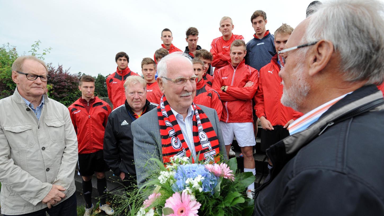 Die Fußballer des ASV Neumarkt um den Vorsitzenden Rüdiger Cedl (re.) gratulierten ihrem Sponsor Johann Pröpster zur Verleihung des Bundesverdienstkreuzes im Jahr 2013.
