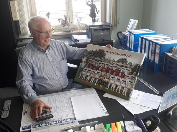 Im Firmen-Büro von Johann Pröpster finden regelmäßige Besprechungen mit der Fußball-Abteilungsleitung des ASV statt. Der Mäzen schaltet sich mitunter bei Gehaltsverhandlungen mit Spielern direkt mit ein.
