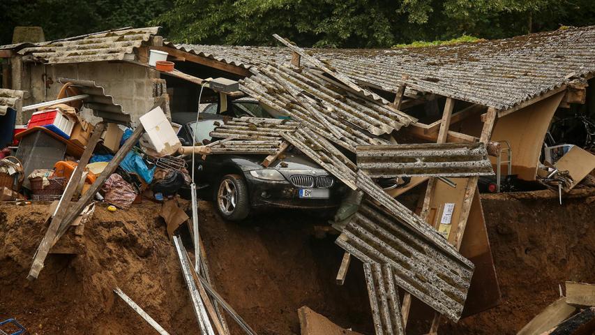 Der Sachschaden ist enorm. Auch viele Menschen werden vermisst.Wie mittlerweile bekannt ist, gibt es mehrere Todesopfer.