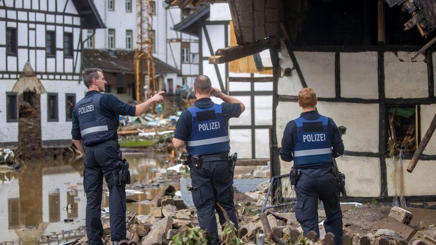 Hilfskräfte versuchen sich einen Überblick über die Zerstörung zu verschaffen.