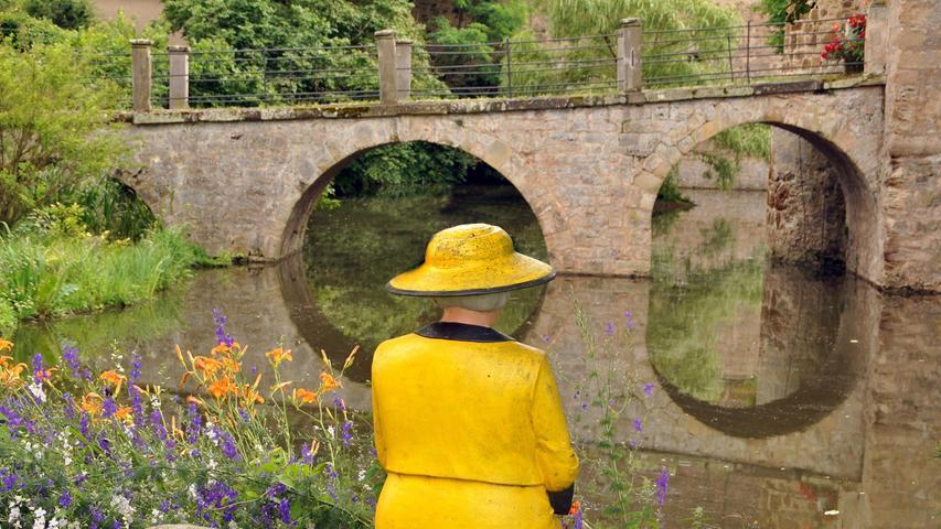 Das Wasserschloss Sommersdorf. Sitzt da nicht Königin Elisabeth mit ihrem neuen gelben Kostüm mit Hut?