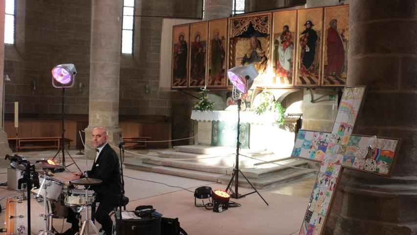 Konfirmandenkreuz, Altar und Schlagzeuger Thorsten Seidl in der Andreaskirche.
