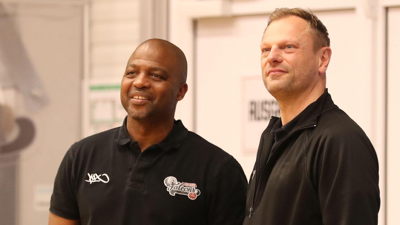 Begrüßen die Zukunft mit einem Lächeln: Falcons-Chef Ralph Junge (rechts) konzentriert sich künftig auf seine Tätigkeit als Geschäftsführer, Co-Trainer Derrick Taylor sitzt zusammen mit dem neuen und alten Cheftrainer Vytautas Buzas auf der Bank.