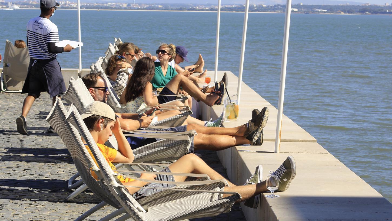 Entspannt in der Sonne am Cais do Sodre, einem der meistbesuchten Touristenorte in Lissabon. Portugal-Urlauber kämpfen derzeit mit sich ändernden Vorgaben für Reiserückkehrer. In einem Fall müssen jetzt Gerichte entscheiden.