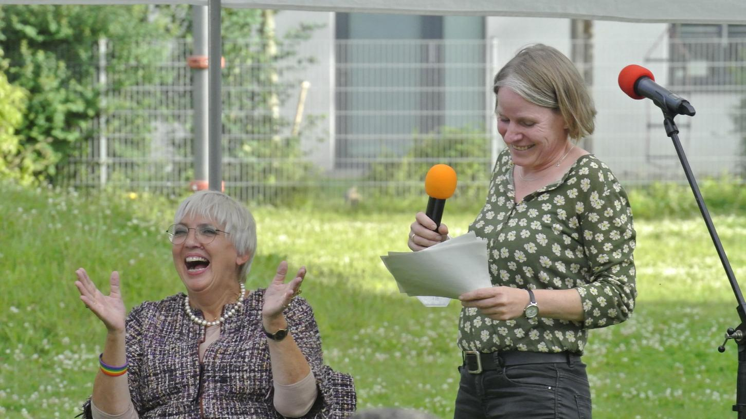 Wahlkampf-Spaß in Erlangen: Bundestagsvizepräsidentin Claudia Roth (l.) und die grüne Stadträtin Eva Linhart.