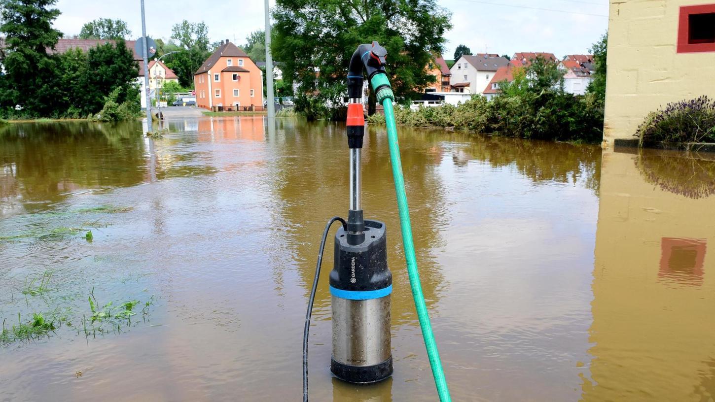 """""""Trotz allem Glück im Unglück"""": Abpump- und Aufräumarbeiten am Tag nach der Überflutung von Wilhermsdorf vor einer Woche."""