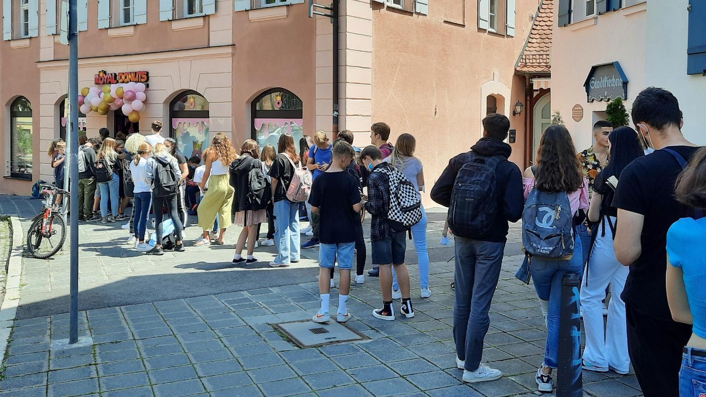 Um die ersten Donuts er ergattern, harrten viele junge Leute geduldig auf dem Gehsteig vor der neuen Filiale aus.