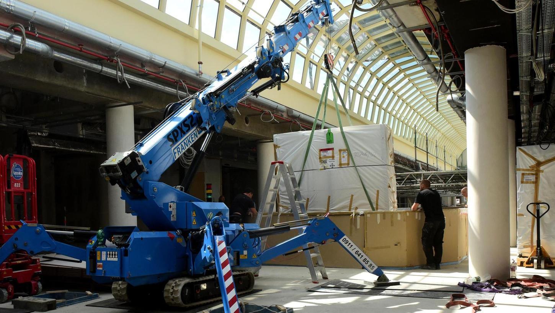 Unter dem bereits neu verglasten und dezent gestrichenen Kuppeldach herrscht Baustellenatmosphäre, schweres Gerät kommt zum Einsatz.