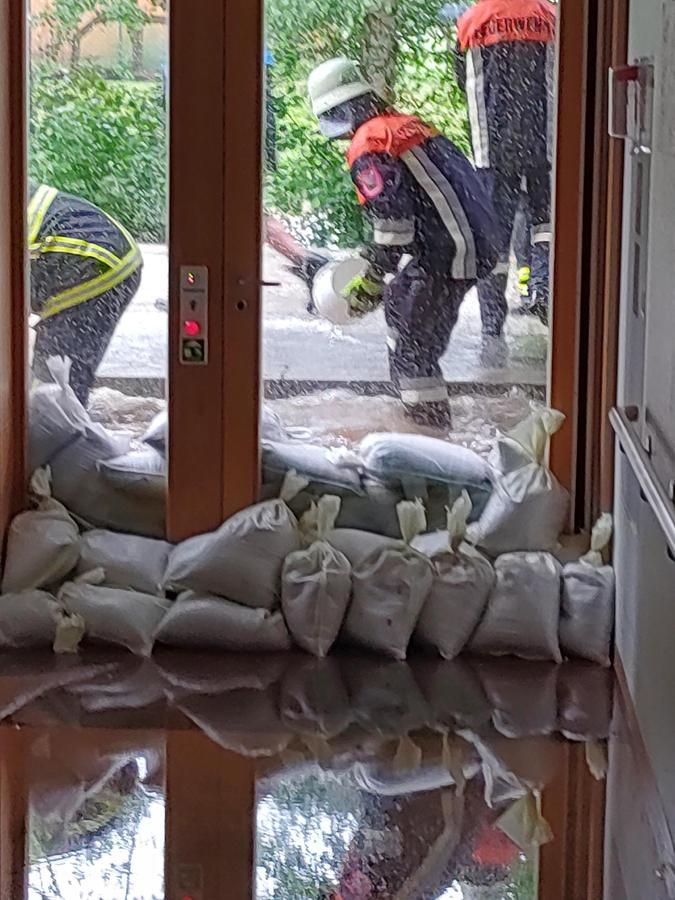 Mit Sandsäcken versuchten die Feuerwehren aus der Umgebung den Fluten Herr zu werden.