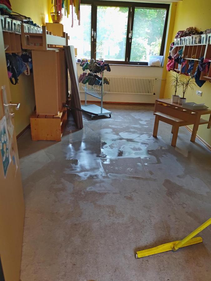 Wüst schaute es nach der Überflutung in der Regens-Wagner-Einrichtung in Zell aus. Die Schadenshöhe ist noch nicht ermittelt.