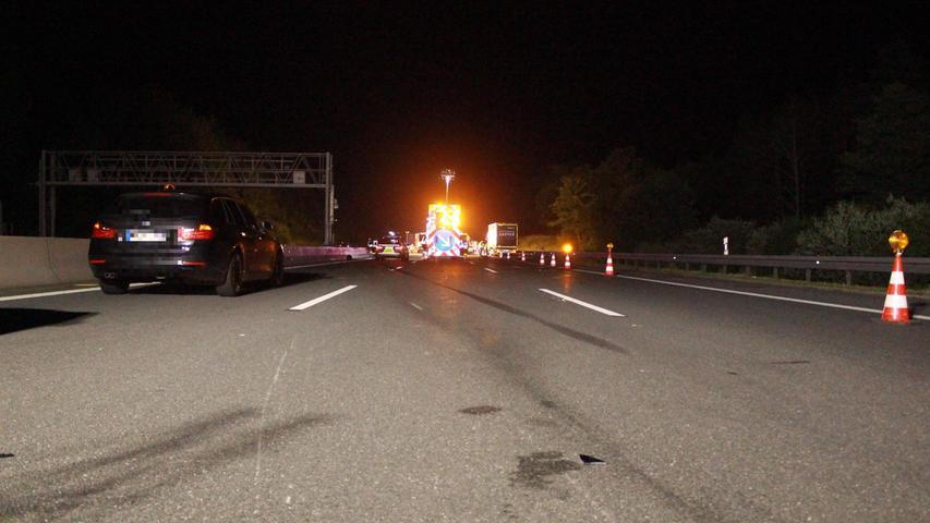 Auf der A9 kam es in der Nacht auf Samstag (17.07.2021) zu einem tödlichen Motorradunfall. Ein Mann erlag seinen schweren Verletzungen noch an der Unfallstelle.Wie Horst Thiem von der Polizei berichtet, waren vier Motorradfahrer nach einem Italienurlaub auf der rechten Spur unterwegs und wollten am Parkplatz Streitau, zwischen den Anschlussstellen Gefrees und Münchberg-Süd (Lkr. Hof), eine Pause einlegen. Ein Kleintransporter scherrte von der mittleren auf die rechte Spur zwischen die Biker ein. Dabei fuhr das Fahrzeug auf einen der Biker auf und schob ihn vor sicher her. Der Mann kam zu Fall und wurde auf die mittlere Spur geschleudert. Zwei nachfolgende Fahrzeuge konnten nicht mehr rechtzeitig ausweichen und überrollten den Mann. Er erlag seinen schweren Verletzungen noch an der Unfallstelle.Seine drei Begleiter mussten psychologisch betreut werden. Für die Dauer der Unfallaufnahme wurde die Fahrbahn in Richtung Berlin gesperrt. Ein Sachverständiger wurde hinzugerufen. Foto: NEWS5 / Holzheimer Weitere Informationen... https://www.news5.de/news/news/read/21421