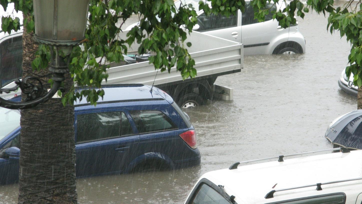 In diesem Sommer leider kein seltenes Bild: Autos in den Fluten.