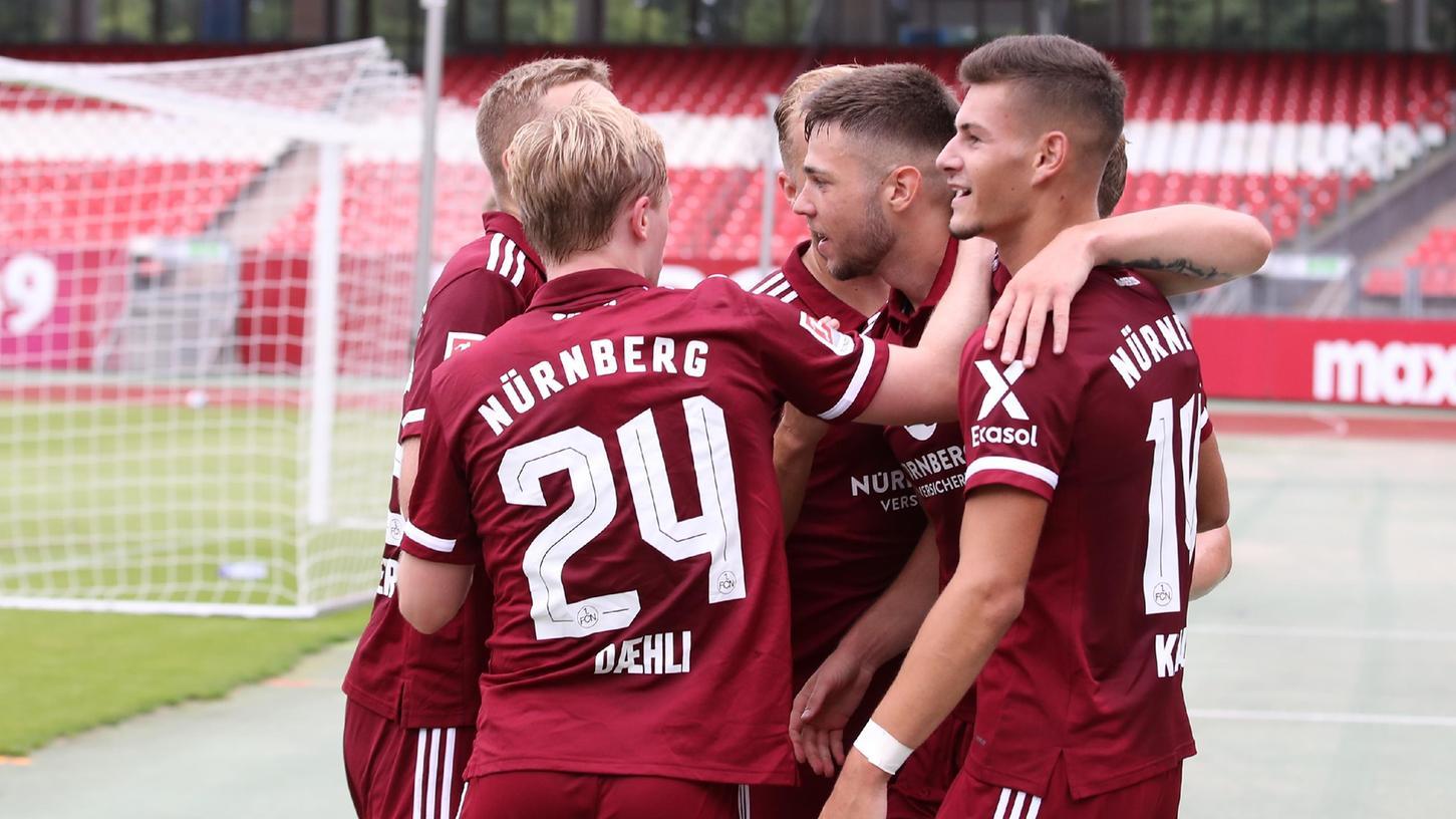Der Ausgleich: Unter anderem Mats Möller Daehli (Nr. 24) und Tom Krauß (rechts) beglückwünschen Erik Shuranov (Mitte), den Schützen des 1:1.