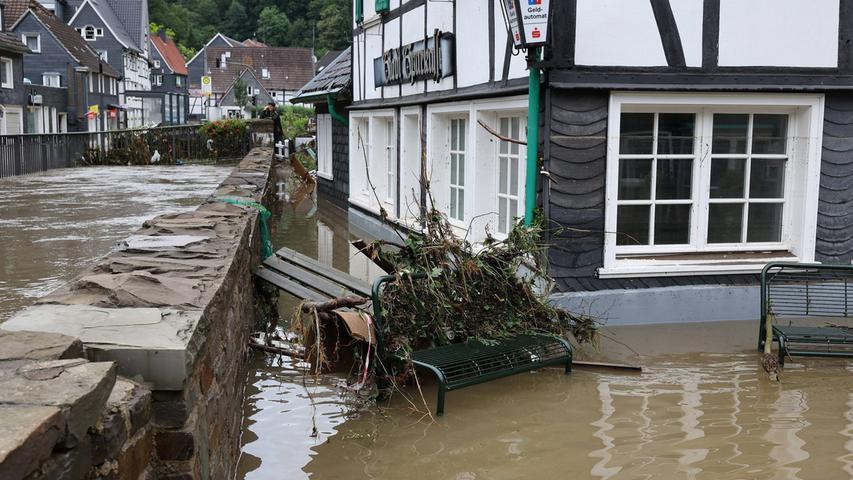 Der OrtsteiUnterburg in Solingen, einehistorischen Touristenstadt. Der beschauliche kleine Fluss Eschbach verbreitert sich und tritt über die Ufer. Häuser stehen unter Wasser, der ganze Ort wurdeüberNacht evakuiert.