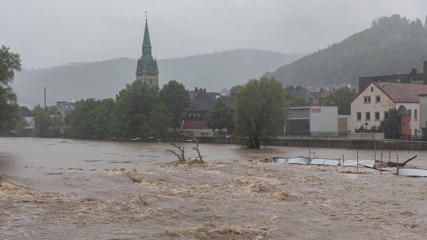 Auch in Hagen sorgte der Fluss Lenne für Überschwemmungen. Ganze Bäume und Gebäudeteile werden von den Wassermassen mitgerissen.