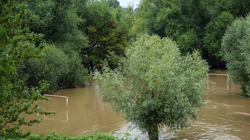 Wie hoch das Wasser in Mühlheim steht, zeigt ein kleiner Fußballplatz deutlich.