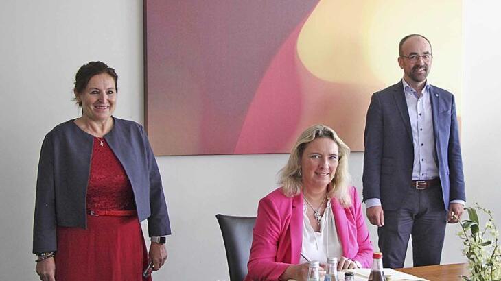 Kerstin Schreyer trägt sich bei ihrem Termin im Schwarzenbrucker Rathaus ins Goldene Buch der Gemeinde ein. Links 2. Bürgermeisterin Petra Hopf, rechts Bürgermeister Markus Holzammer.