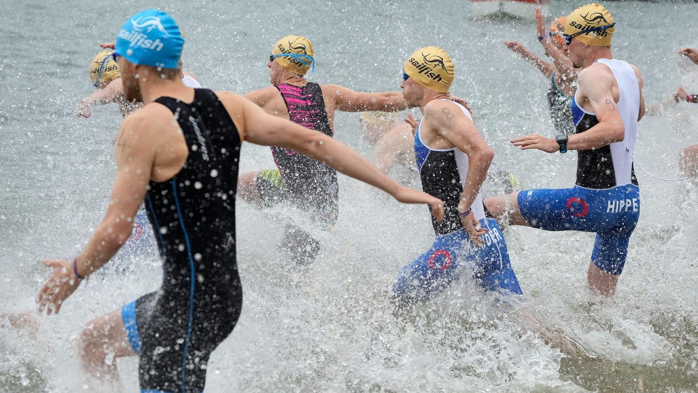 Die Bundesliga-Triathleten schenkten sich am Rothsee schon beim Schwimm-Start nichts.