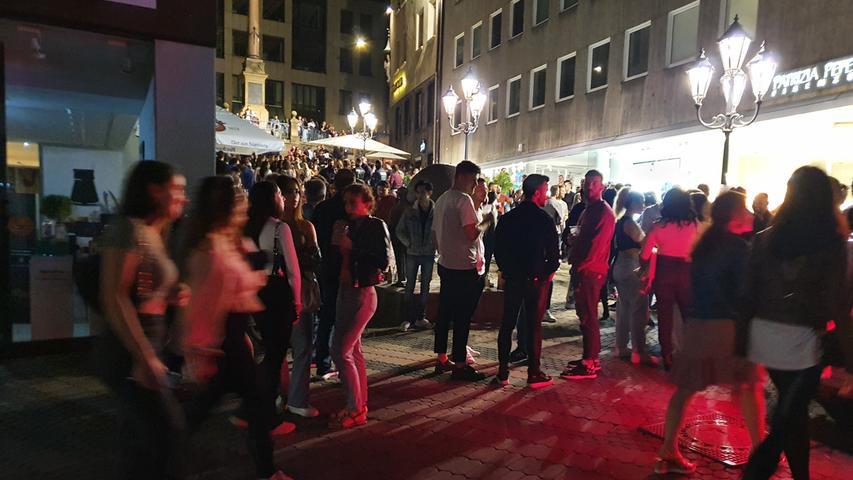 Hunderte Menschen genießen Sommernacht in Nürnberger Innenstadt: Polizei zeigt verstärkt Präsenz