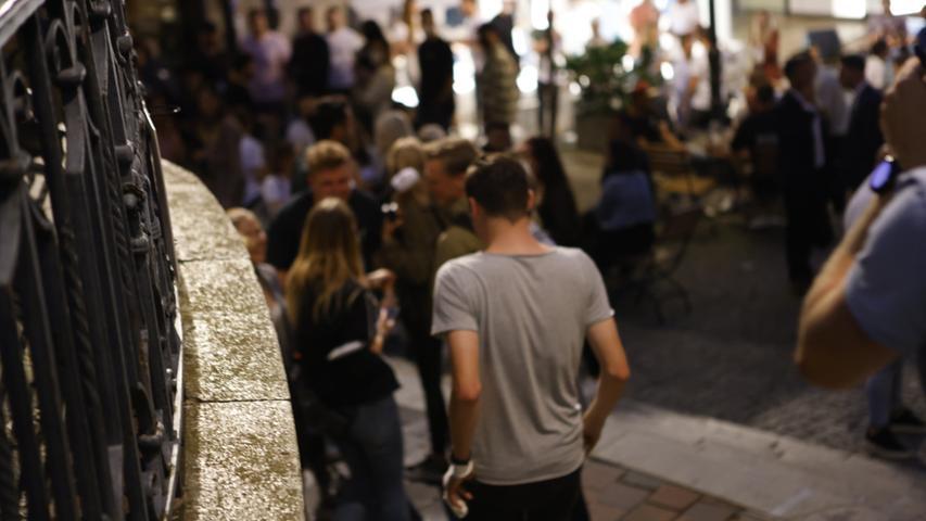 Auch in der Nacht von Samstag auf Sonntag (18.07.2021) waren zahlreiche Menschen in der Nürnberger Innenstadt unterwegs. Die Polizei zeigte mit mehreren Streifenwagen und über 25 Einsatzkräften insbesondere am Köpfleinsberg und der Kaiserstraße Präsenz. Zu größeren Zwischenfällen soll es aber nicht gekommen sein. Foto: NEWS5 / Oßwald Weitere Informationen... https://www.news5.de/news/news/read/21433