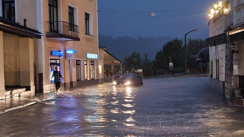 Am späten Samstagabend hatte der Landrat für das Berchtesgadener Land den Katastrophenfall ausgerufen.Die Feuerwehr war mehrere Hundert Mal im Einsatz gewesen.