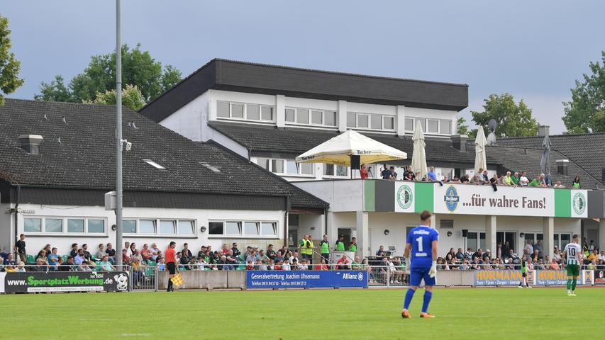 Als Bayernliga-Meister der Saison2019/21ist der SC Eltersdorf in die Regionalliga aufgestiegen. Die Corona-Pandemie hatte die Saison gehörig durcheinander gewirbelt und auch eine Aufstiegsfeier im klassischen Sinn unmöglich gemacht. Auch die Vorbereitung auf das Abenteuer in Deutschlands vierthöchster Spielklasse war schwierig. Am 17. Juli aber ging es los - im Elsner-Sportpark empfing der SCE den VfB Eichstätt zum Saisonstart.