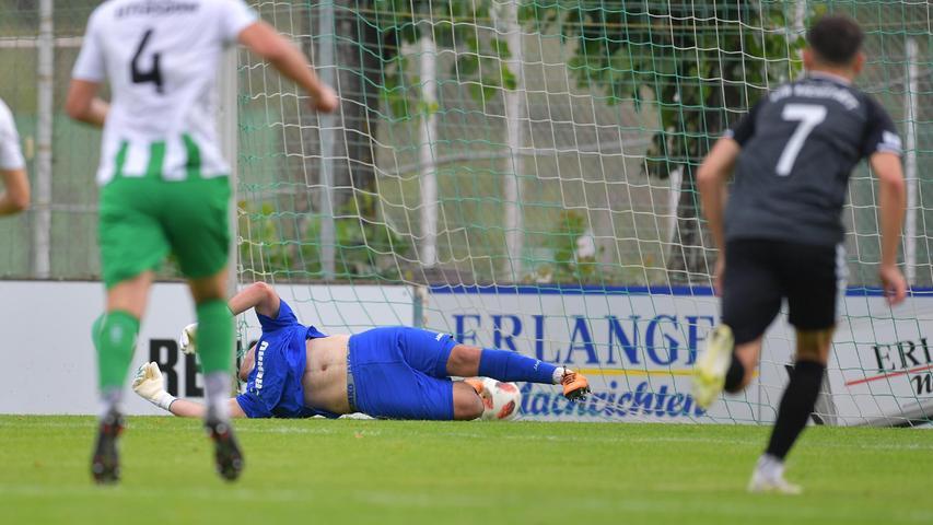 Die Partie begann für Eltersdorf allerdings denkbar schlecht. Nach einem Foul von Thomas Dotterweich im Strafraum erzieltePhilipp Federl das 0:1 per Strafstoß.Tugay Akbakla (blaues Trikot) streckte sich vergebens.