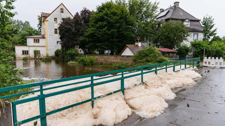 Durch das Hochwasser der Aisch angeschwemmter Schaum hatte sich an der Brücke nahe der Laufer Mühle aufgetürmt.