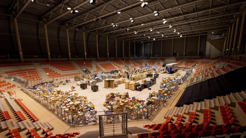 In einer Eventhalle am Nürburgring werden derzeit Spenden gesammelt.