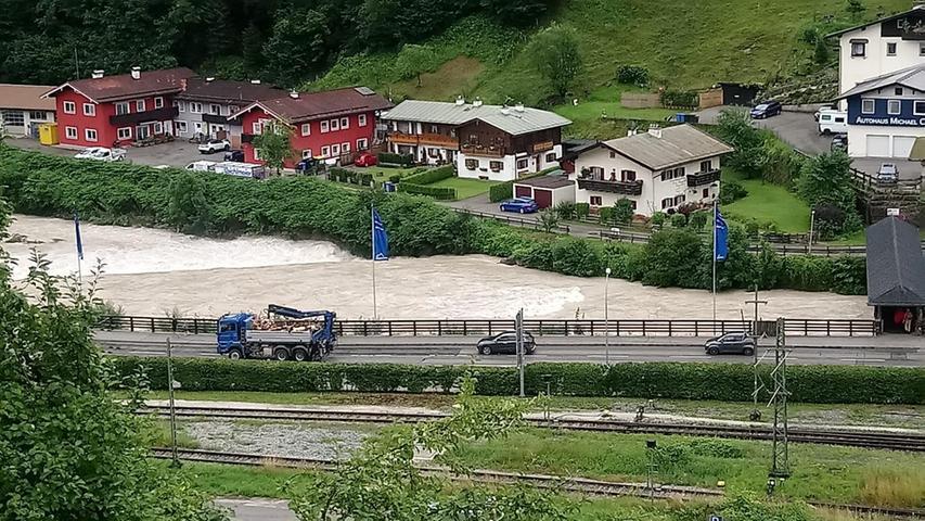 Die Lage in den Hochwassergebieten im Süden und Osten Bayerns hat sich mittlerweile etwas entspannt. InPassau lag der Pegel der Donau am frühen Montagmorgen bei 8,18 Metern und damit unterhalb der höchsten Hochwasserwarnstufe von 8,50 Metern.