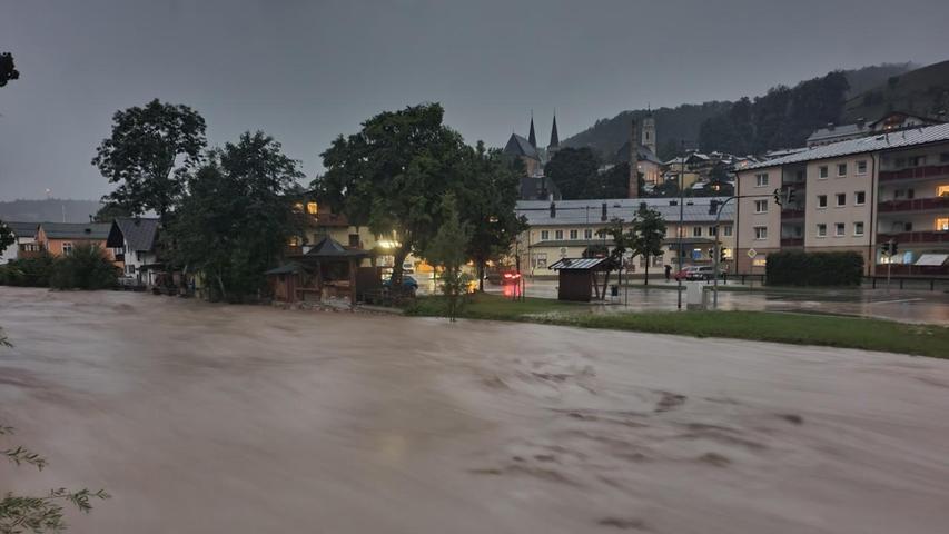 Sintflutartige Regenfälle hatten den Fluss Ache über die Ufer treten und Hänge abrutschen lassen. Häuser drohten einzustürzen.