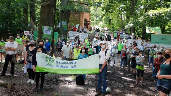 300 Menschen demonstrieren für die Rettung des Reichswalds in Nürnberg