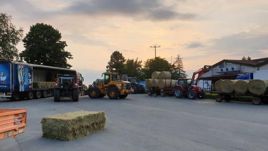 In der Nacht zu Sonntag haben sich Landwirte aus dem Landkreis Forchheim zusammengeschlossen und Futter für Tiere in Not gesammelt.