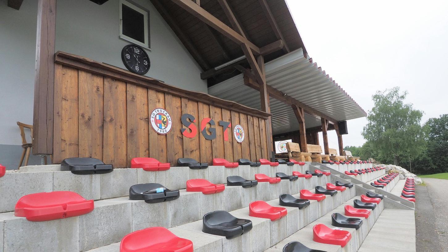 Corona-konforme Tribüne: In den Vereinsfarben Rot und Schwarz sind die Schalensitze im Trockauer
