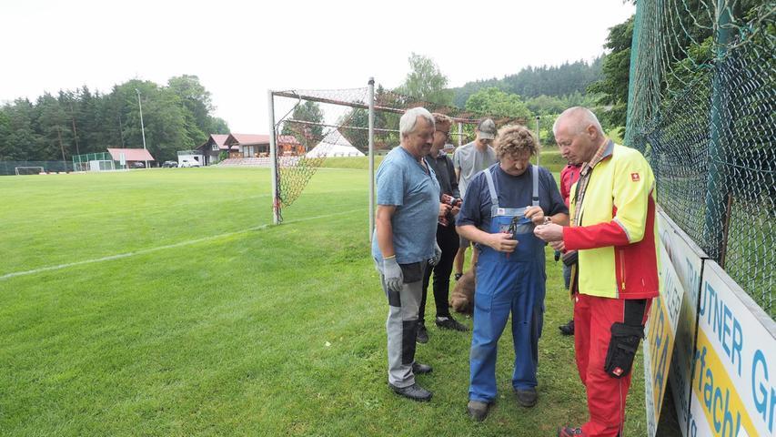 Viele fleißige Hände unterstützten die Vereinsführung um Vorsitzenden Josef Held (links).