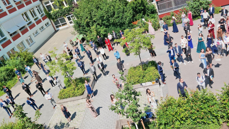 Im Pausenhof des Schwabacher Adam-Kraft-Gymnasiums stießen Schüler und Lehrer auf die erlangte Hochschulreife an.