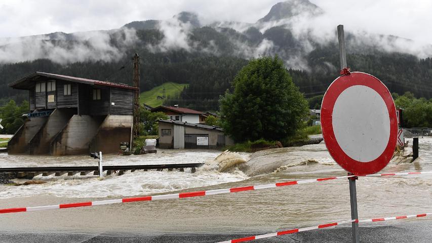 In der Nacht zum Sonntag regnete es so stark, dass die Salzach über die Ufer trat, Straßen überflutete und sogar Bahngleise unterspülte.