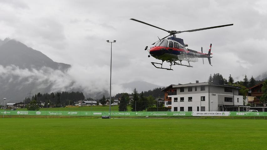 Die Fürther Fußballer konnten am Sonntag nicht auf den Platz - stattdessen nutzte die Polizei den Rasen als Landeplatz. Immer wieder flog am Sonntag ein Hubschrauber über den Ort. Auch die Feuerwehr war dauerhaft im Einsatz.