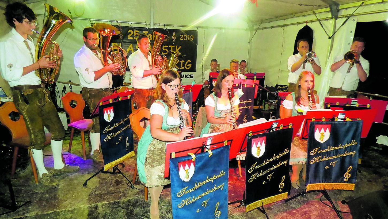 """Die Trachtenkapelle Hohenmirsberg, die Nachwuchsband der """"Trachtler"""" und die Blaskapelle Kirchenbirkig gestalteten gemeinsam das Programm."""