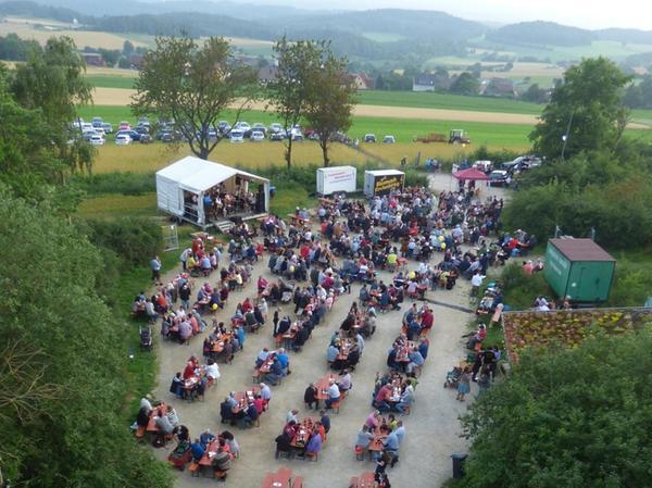 """Mehr als 500 Besucher wollten sich trotz des wechselhaften Wetters das erste """"Gipfeltreffen"""" auf der Hohenmirsberger Platte nicht entgehen lassen."""