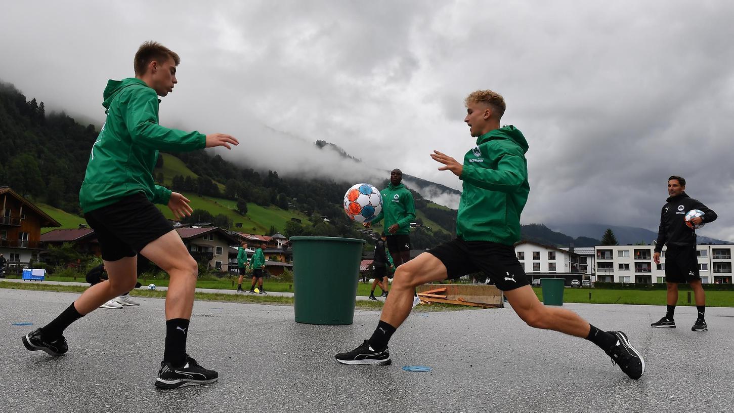 Für die erste Einheit des Trainingslagers mussten Luca Itter (links) und Nils Seufert auf einen Parkplatz ausweichen.